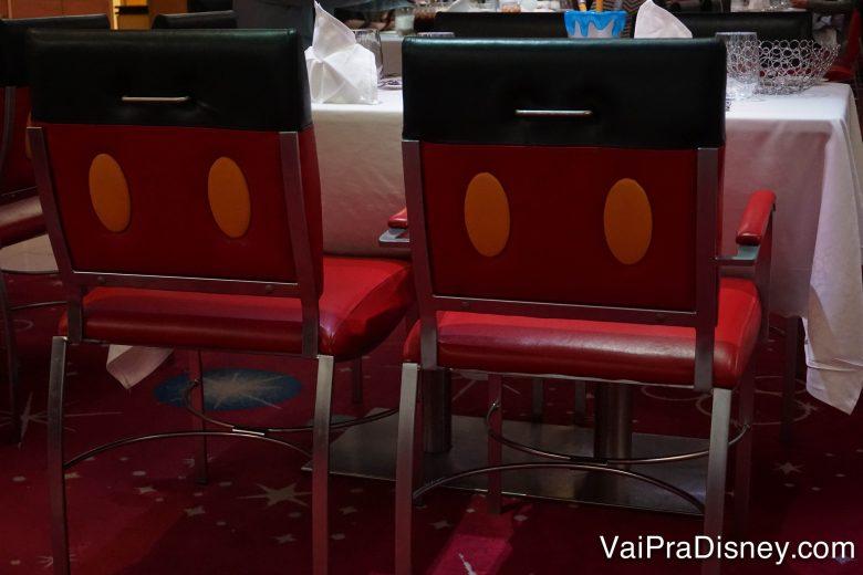 Foto das cadeiras imitando a roupa do Mickey no Animator's Palate