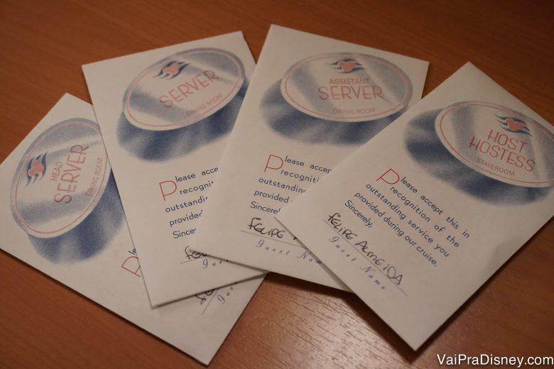 Foto dos envelopes para deixar as gorjetas dos funcionários ao fim do cruzeiro
