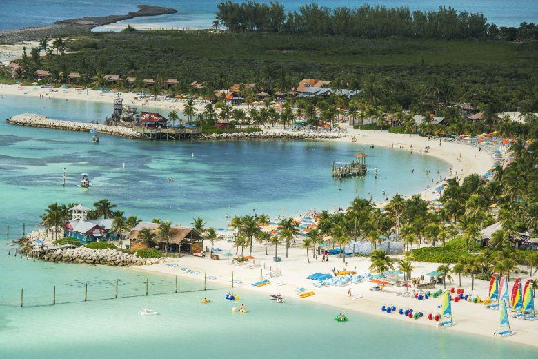 Foto da ilha da Disney nas Bahamas, Castaway Cay, de longe, mostrando a areia clara e o mar azul-turquesa