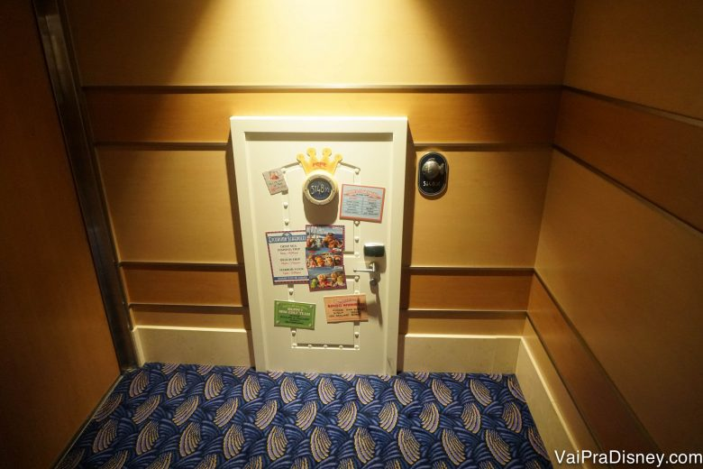 Foto do detalhe de uma micro-porta perto dos clubes infantis.