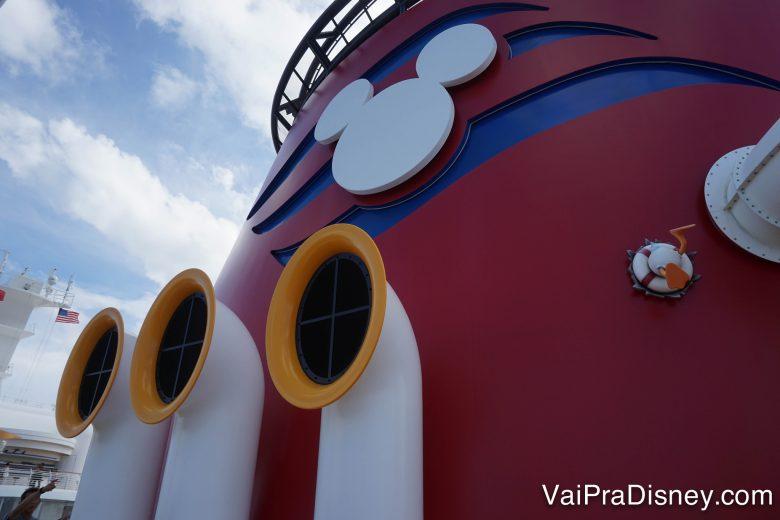 Foto do navio de cruzeiro da Disney, pintado de vermelho com detalhes que remetem à roupa do Mickey