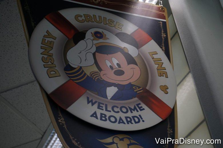 Foto da placa com o Mickey vestido de capitão dando boas vindas aos visitantes do cruzeiro no porto