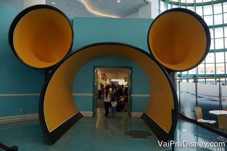 O túnel para a felicidade em Porto Canaveral! Dali, direto para o navio! Foto da entrada do local de embarque pro navio da Disney em Porto Canaveral, que é um portal amarelo em formato de Mickey
