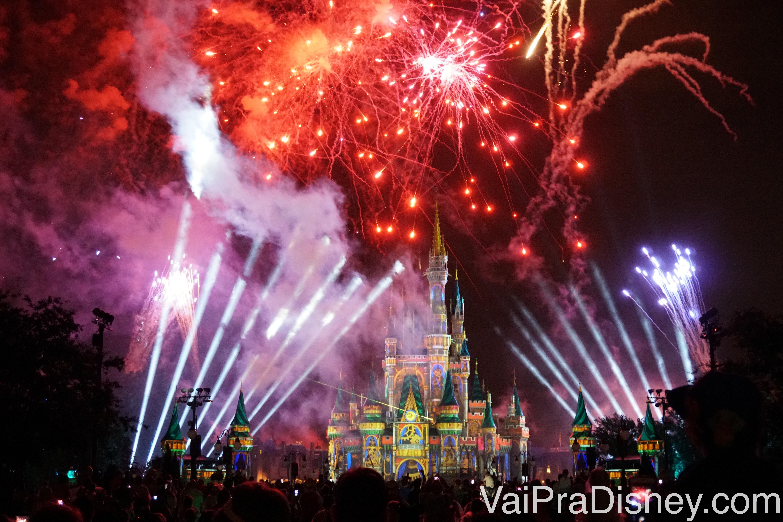 Foto do show de fogos e projeções no castelo do Magic Kingdom