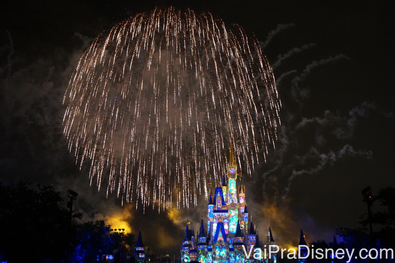 Alguns dos fogos do Wishes ainda estão presentes. Foto do castelo com os fogos ao redor
