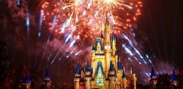Foto do castelo da Cinderela com fogos de artifício ao redor durante o show Happily Ever After no Magic Kingdom