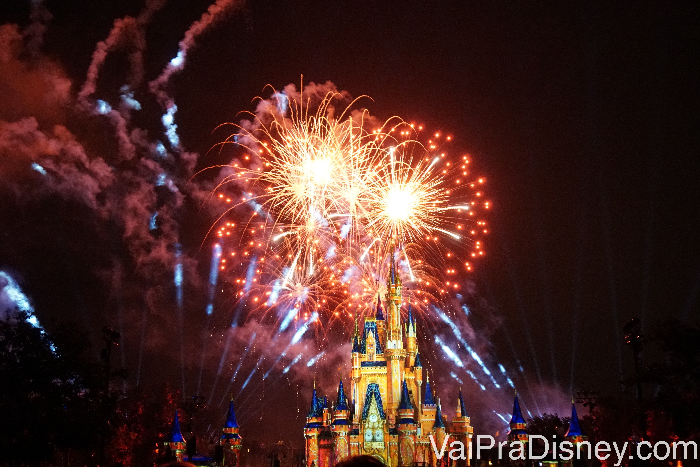 O Happily Ever After é incrível, cheio de fogos, luzes e projeções.