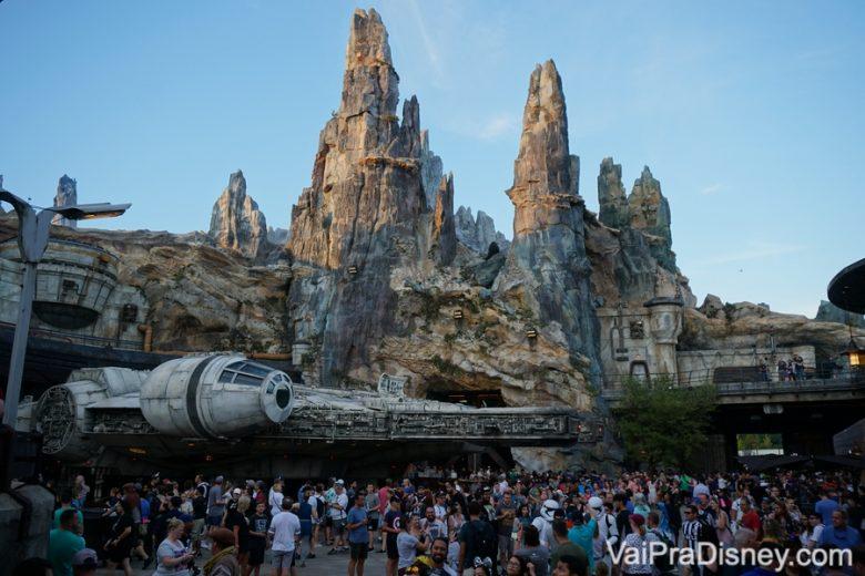 Foto da Millenium Falcon com muitos visitantes à sua volta na Star Wars Galaxy's Edge