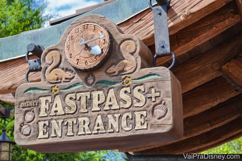 Entrada da fila de Fastpass na montanha russa dos 7 anões, no Magic Kingdom.