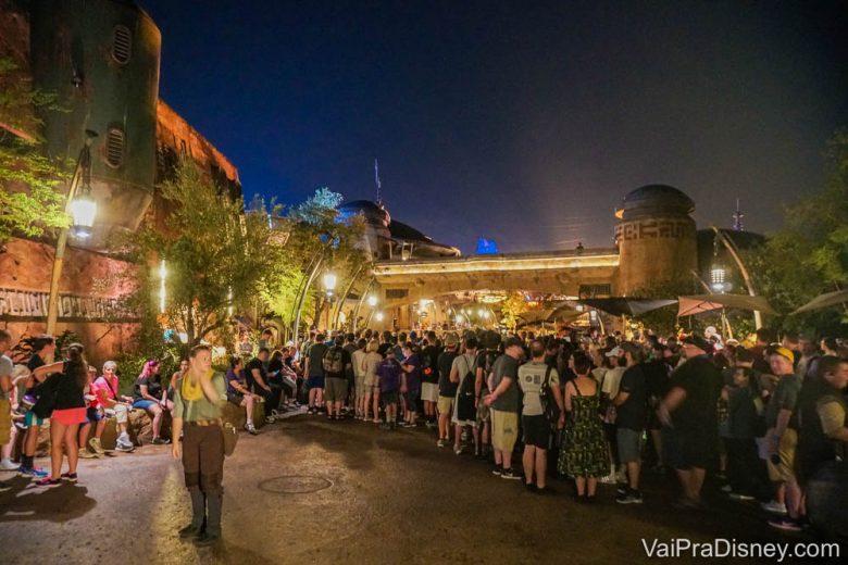 Foto de uma fila na área de Star Wars, Galaxy's Edge, no Hollywood Studios, com os visitantes muito próximos um do outro.