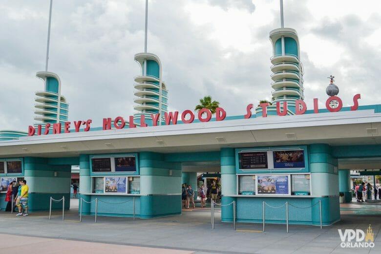 O Hollywood Studios também é bem tranquilo para fazer a troca do e-ticket. Foto da entrada do Hollywood Studios, que é pintada de azul com o nome do parque acima em vermelho.
