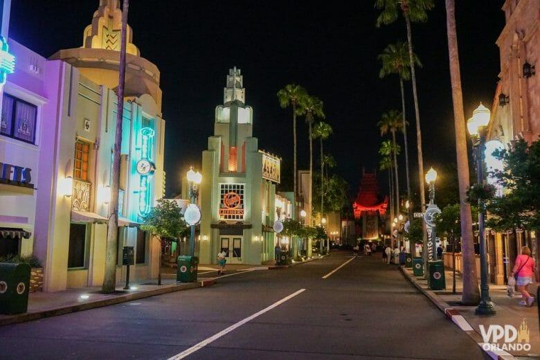 Hollywood Blvd vazia, com o teatro chinês ao fundo! Foto da Hollywood Boulevard no Hollywood Studios com o teatro chinês iluminado em vermelho ao fundo. As lojas também estão iluminadas