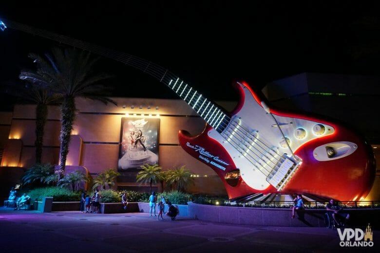 Ícone clássico da Montanha-russa do Aerosmith: essa guitarra gigante na entrada! Foto da guitarra gigante vermelha na entrada da Rock'n'Roller Coaster, no Hollywood Studios