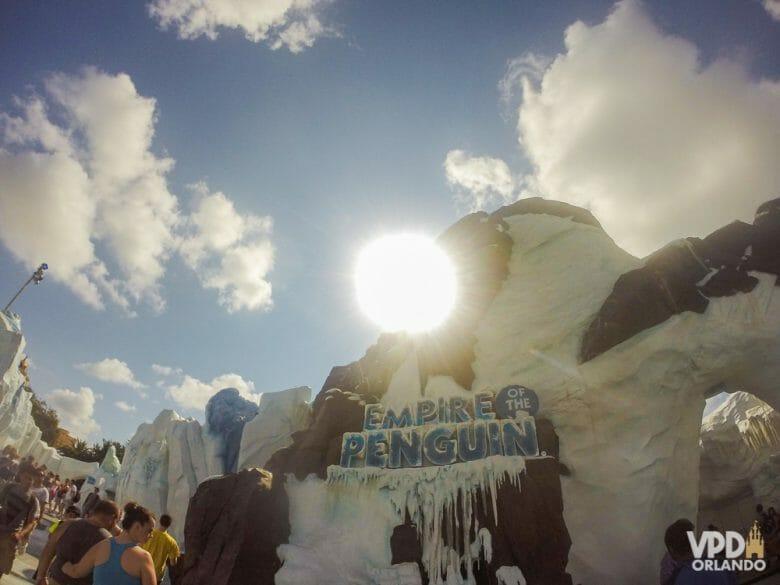 Eu não adoro, mas muita gente gosta dessa atração dos pinguins do SeaWorld! Foto da entrada da atração Empire of the Penguin, uma imitação de uma montanha com neve.