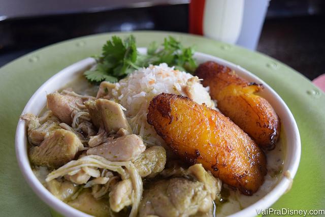 Prato delicioso e saudável no Volcano: frango ao curry com arroz de coco e banana frita