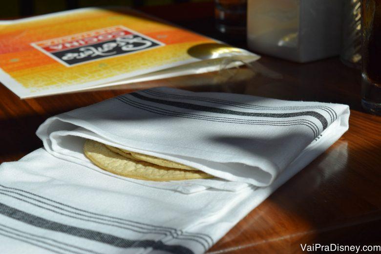 Ai gente, sério! Qual a necessidade de esconder desse jeito? Esse guardanapo estava mais dobrado, eu que abri para vocês poderem ver as tortilhas, mas achei muito difícil encontrá-las. haha