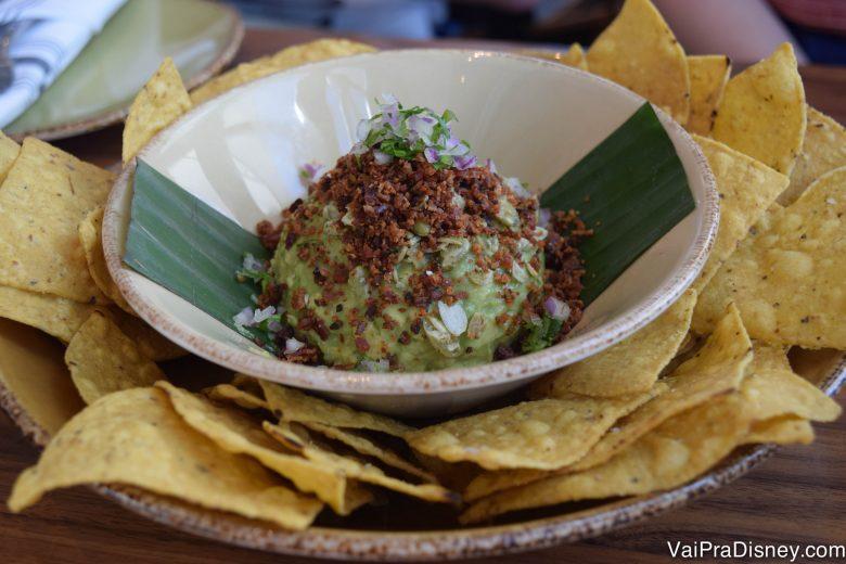 Guacamole no prato, com nachos ao redor