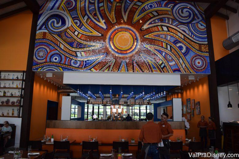 O ambiente do Frontera Cocina por dentro, com mosaicos coloridos e paredes alaranjadas