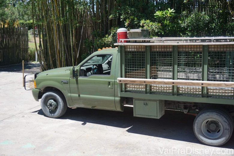 Foto do caminhão que leva os visitantes durante o Serengeti Safari.
