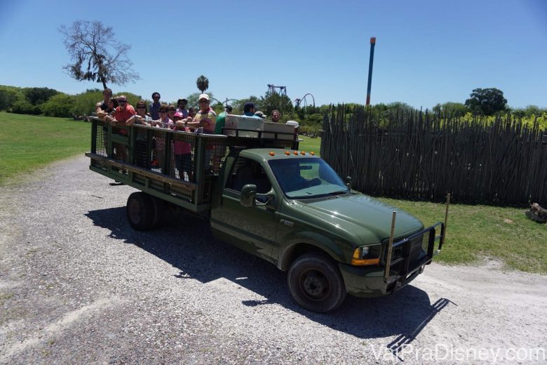 Foto do caminhão do safari já com os visitantes todos dentro