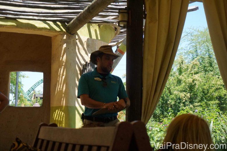 O guia do safari dando instruções antes do passeio