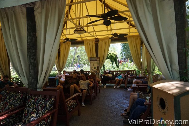 Salinha de espera do safari, com cadeiras e ventiladores de teto