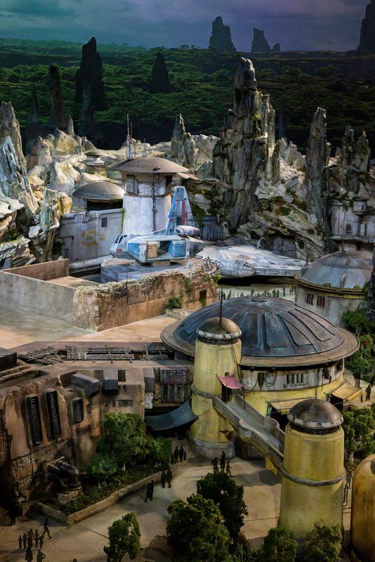 Foto da Millenium Falcon e dos arredores na Star Wars Galaxy's Edge ainda em fase de construção
