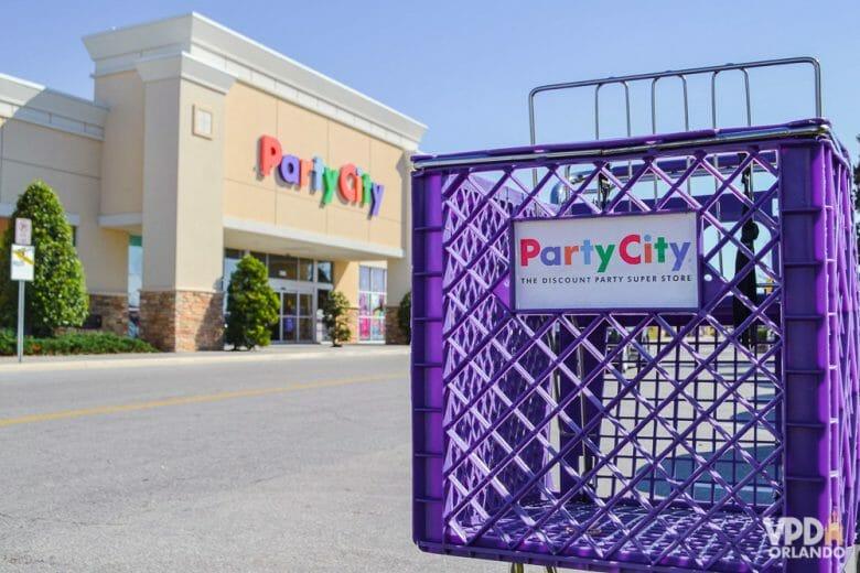 Imagem do carrinho e ao fundo, da loja Party City, que traz alternativas de fantasias mais baratas que as da Disney.