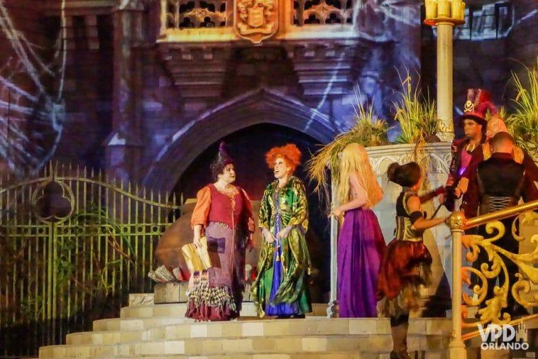 As Sanderson sisters (do filme Abracadabra) no showzinho da festa de Halloween, em frente ao castelo.