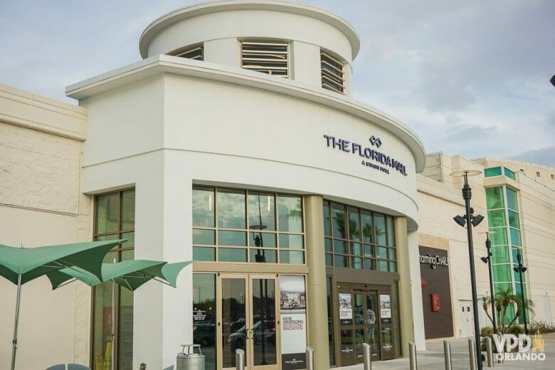 O Florida Mall foi renovado e tem muita coisa legal, e é um dos shoppings imperdíveis em Orlando. Foto de uma das entradas do Florida Mall.