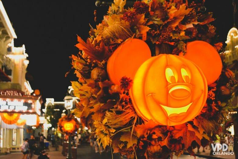 Imagem da festa do Magic Kingdom, da decoração - uma abóbora em forma de Mickey iluminada por dentro.