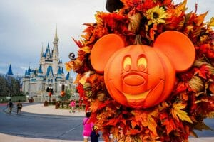 Abóbora em formato de Mickey na decoração de Halloween do Magic Kingdom