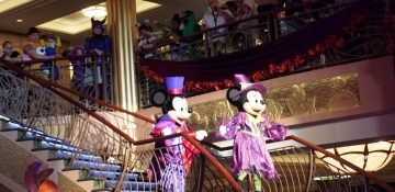 Foto do Mickey e da Minnie com roupas de Halloween durante a festa a bordo do Disney Fantasy