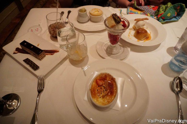 Foto das 5 sobremesas para 2 pessoas na mesa, que a Renata e o Felipe pediram no jantar do Disney Fantasy