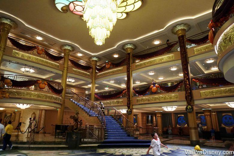 Foto do átrio do navio, já decorado para a festa de Halloween