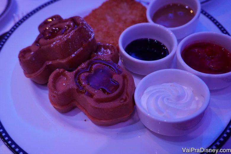 Foto do prato com waffles do Mickey e calda de morango no café do Disney Junior a bordo do Disney Fantasy no trajeto pelo Caribe Oeste