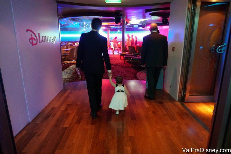 Foto do Felipe de mãos dadas com a Julia, vestidos para o jantar de gala a bordo do Disney Fantasy pelo Caribe Oeste