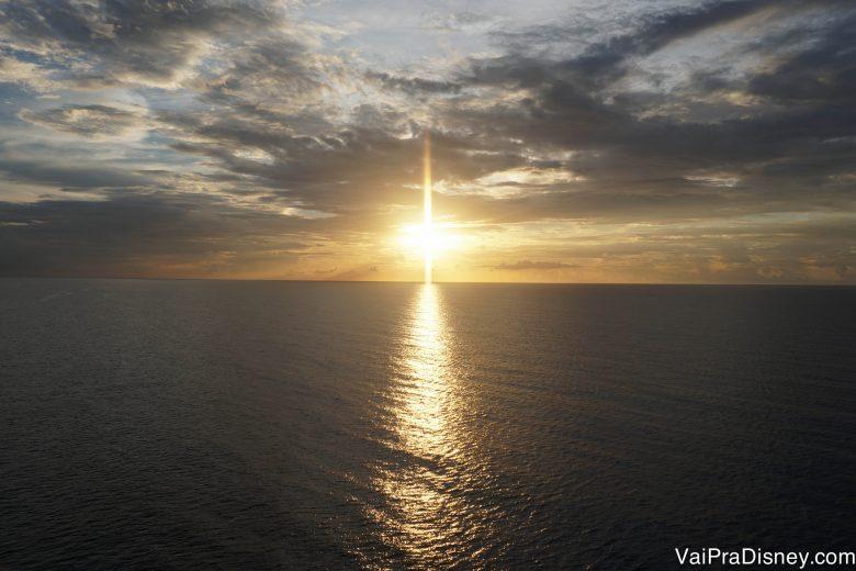 Foto do pôr do sol em alto mar