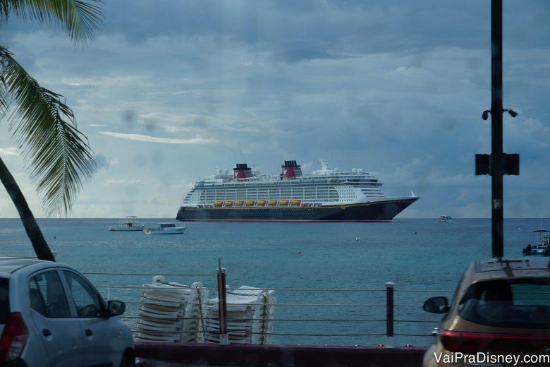 Foto do navio visto de longe, no mar