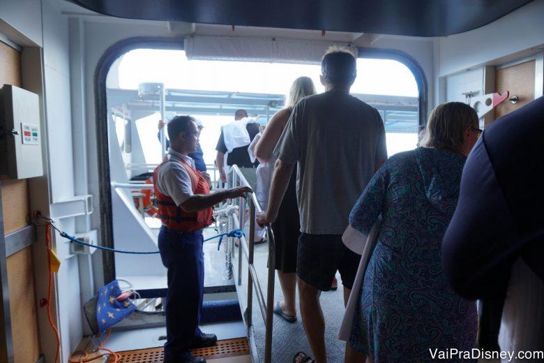 Foto da passarela para ir do navio ao barco menor