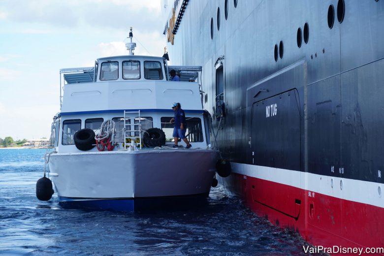 Foto explicando o que é o tendering: basicamente sair do navio e pegar uma carona no barquinho menor.