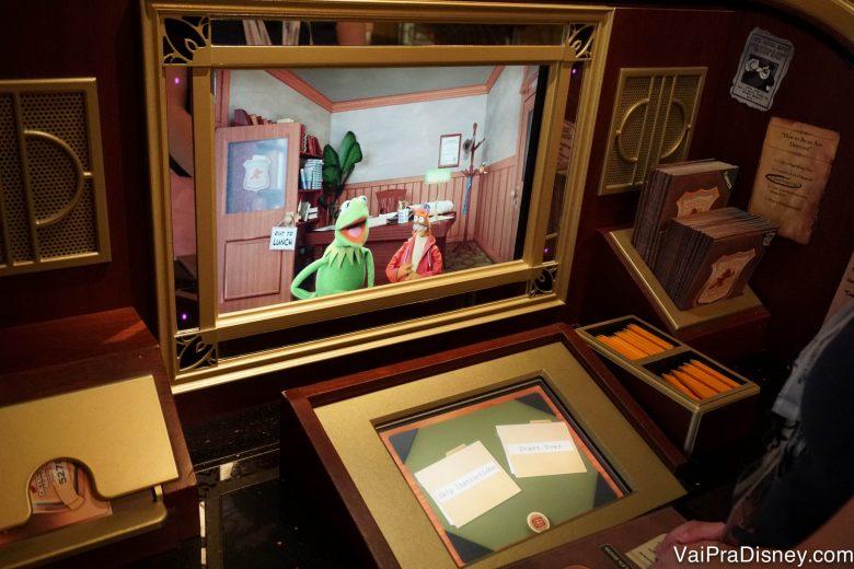 Foto da tela do jogo na Midship Detective Agency, com os Muppets como personagens, a bordo do cruzeiro