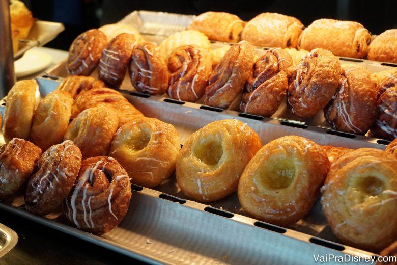 Foto dos cinnamon rolls do café da manhã do cruzeiro