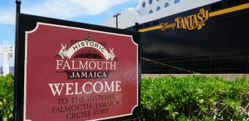 Foto da placa de boas vindas a Falmouth, na Jamaica, com o navio Disney Fantasy ao fundo, durante o cruzeiro da Disney
