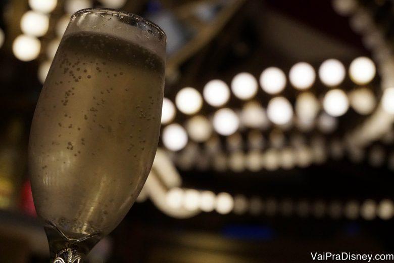 Foto da taça de champagne do Felipe durante o show de tributo ao Elton John no Europa