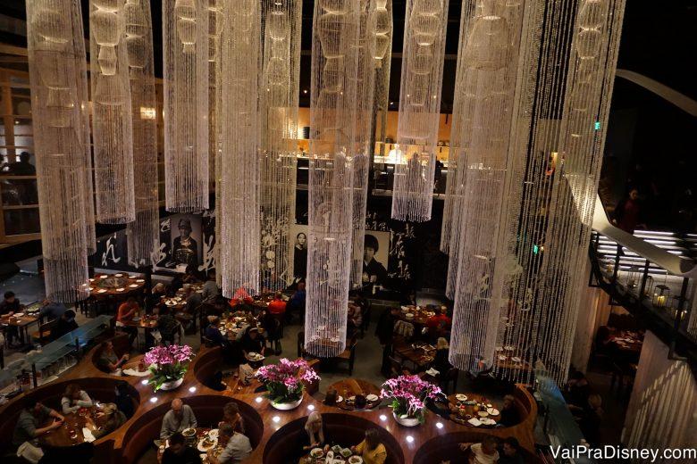 Foto do ambiente elegante e moderno do Morimoto Asia, com lustres compridos pendendo do teto