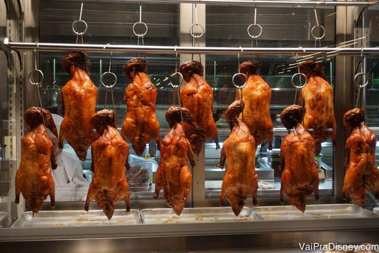 Foto dos patos pendurados na cozinha, seguindo a influência chinesa na casa.