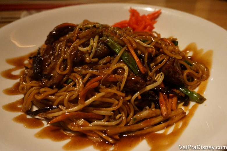 O prato de Beef Lo Mein do Felipe no Morimoto