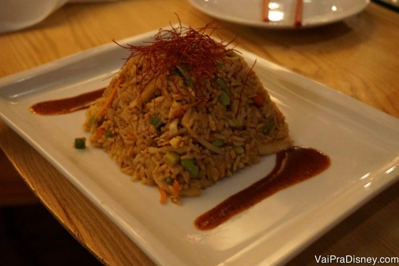 """Foto do prato de arroz frito, servido em uma """"montanha"""""""