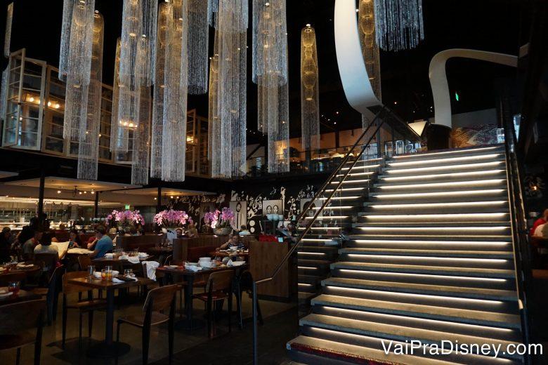 Mais uma foto do ambiente do Morimoto Asia, mostrando uma escadaria e os lustres
